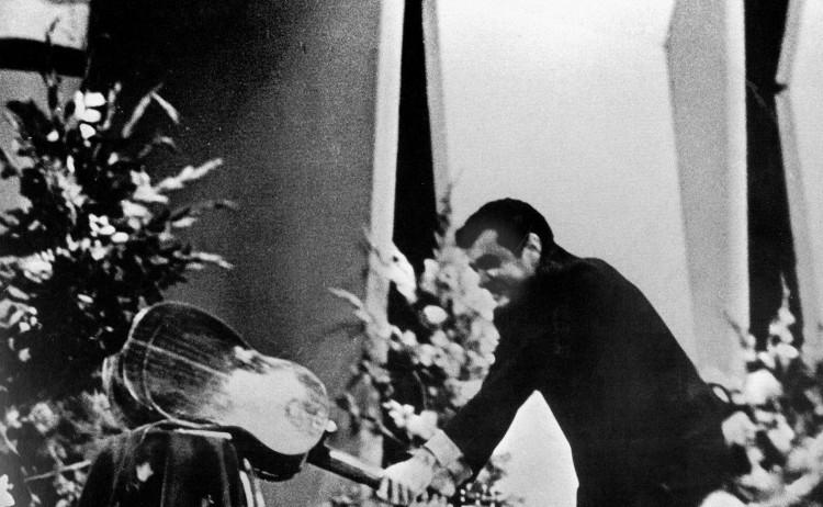Em noite de fúria, sob vaias, o cantor Sérgio Ricardo quebra violão no Festival da Record de 1967
