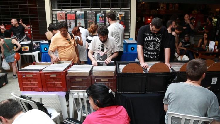 Expositores e público na última edição da Feira de Discos de São Paulo, na galeria da  Teodoro Sampaio
